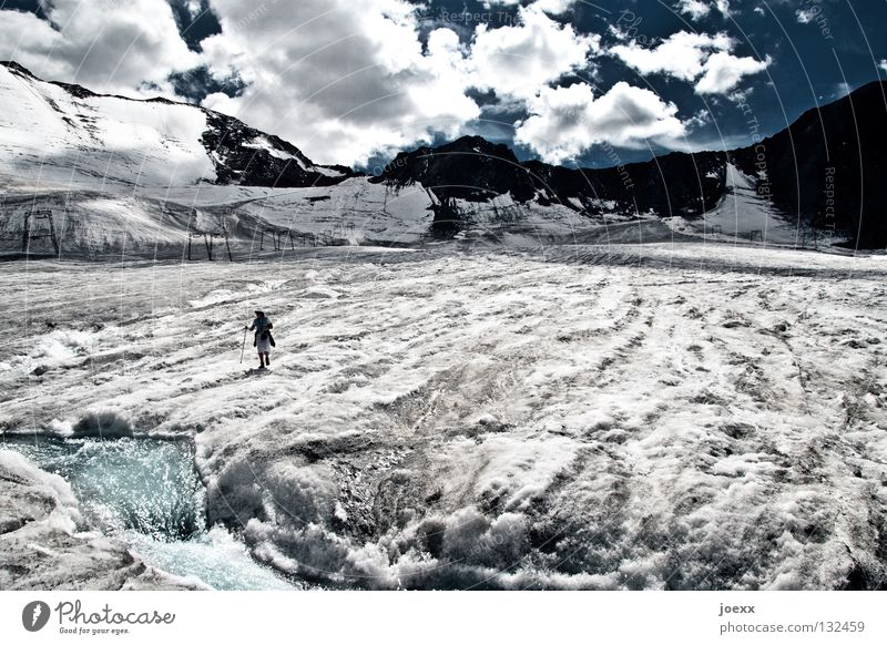 Es war einmal … Mensch Mann Wasser Himmel blau Wolken Einsamkeit kalt Schnee Berge u. Gebirge Freiheit grau Wege & Pfade Eis Angst dreckig