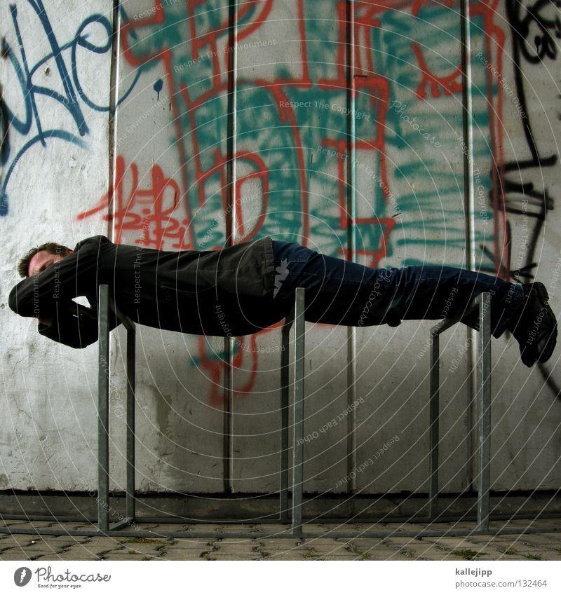 fahrraddieb Mann Mensch Lifestyle schlafen Erholung träumen Bewusstseinsstörung Fahrradständer Pause Mittagspause Siesta Bett Gestell Eisen Ständer Wand Kultur