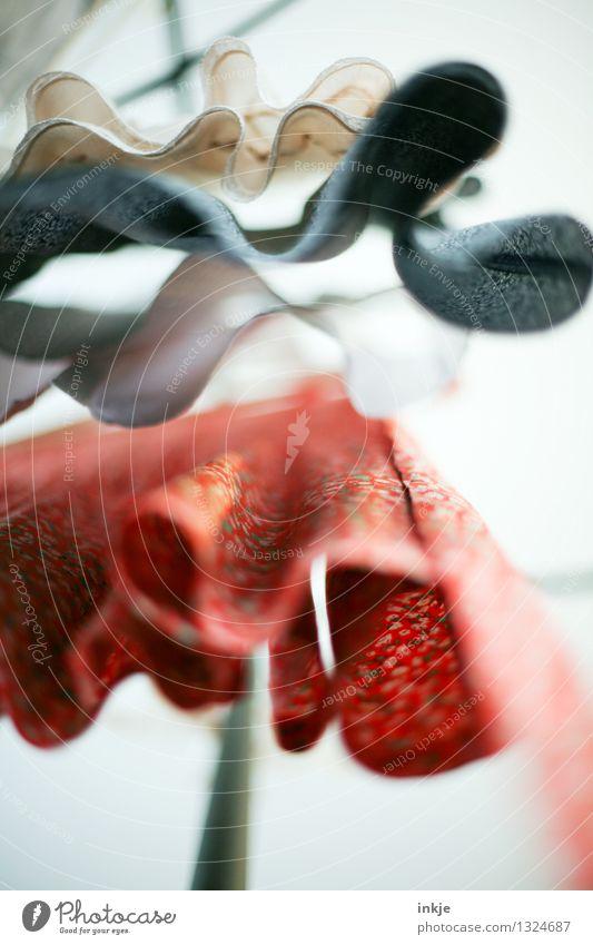 Kleider Lifestyle Stil Mode Bekleidung Rock Stoff Sommerbekleidung hängen oben Auswahl Kleiderständer wellig Froschperspektive Vor hellem Hintergrund Farbfoto