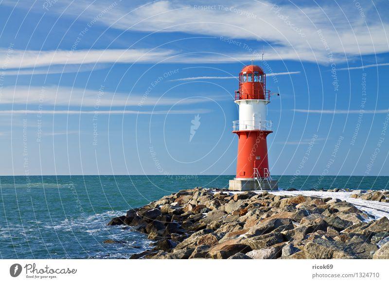 Ostmole Meer Winter Natur Landschaft Wasser Wolken Küste Ostsee Turm Leuchtturm Architektur Wahrzeichen Stein kalt blau rot weiß Farbe Ferien & Urlaub & Reisen