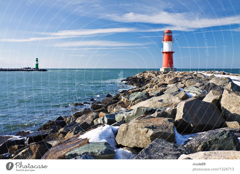 Mole im Winter Meer Natur Landschaft Wasser Wolken Küste Ostsee Turm Leuchtturm Architektur Wahrzeichen Stein kalt blau rot weiß Ferien & Urlaub & Reisen