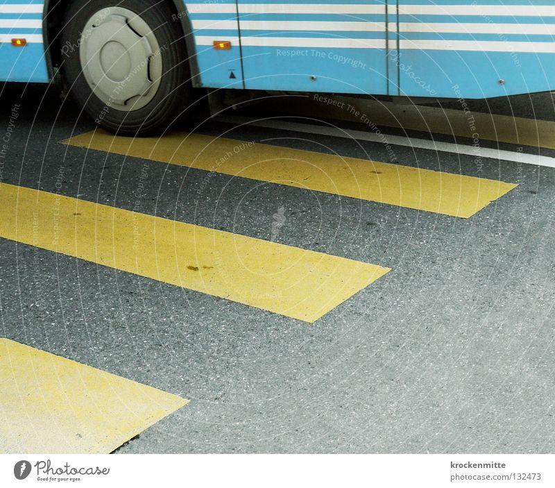 Linienverkehr Fußgängerübergang Zebrastreifen gelb Asphalt Verkehr Überqueren betoniert Teer Streifen schmal Reifen Öffentlicher Personennahverkehr hell-blau