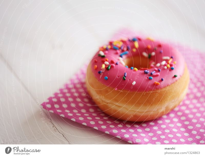 pinke Streuselbombe Gefühle Essen Foodfotografie Lebensmittel Stimmung rosa Ernährung lecker Süßwaren Dessert Schokolade Krapfen Kalorie geschmackvoll