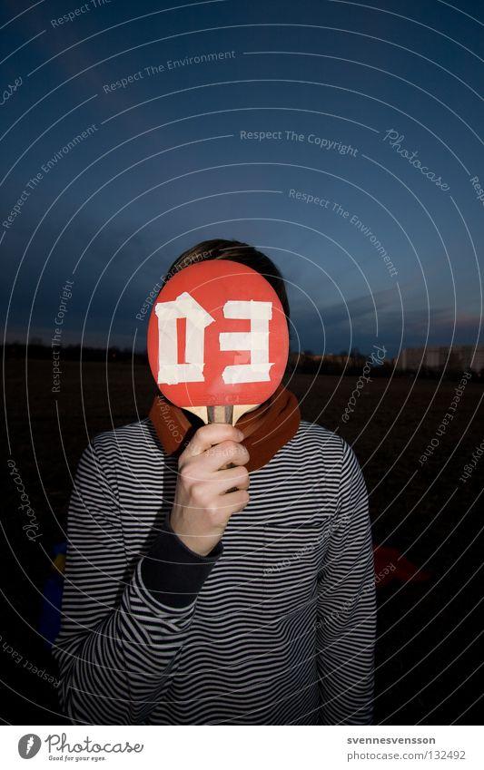 Doooong, es ist drei Uhr. Mann Mund 3 leer Bekleidung Ziffern & Zahlen Ball festhalten Maske Karneval ausdruckslos Grimasse Scham Sportler Klimawandel