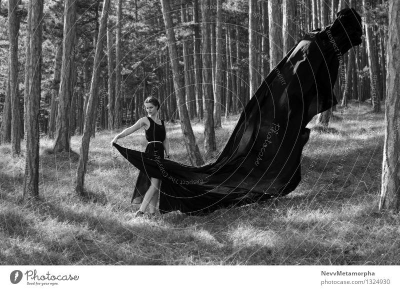 Tanz im Wald elegant Mensch feminin Junge Frau Jugendliche Erwachsene 1 18-30 Jahre Umwelt Natur Sommer Baum Kleid Bewegung Tanzen trist Stimmung kampfstark