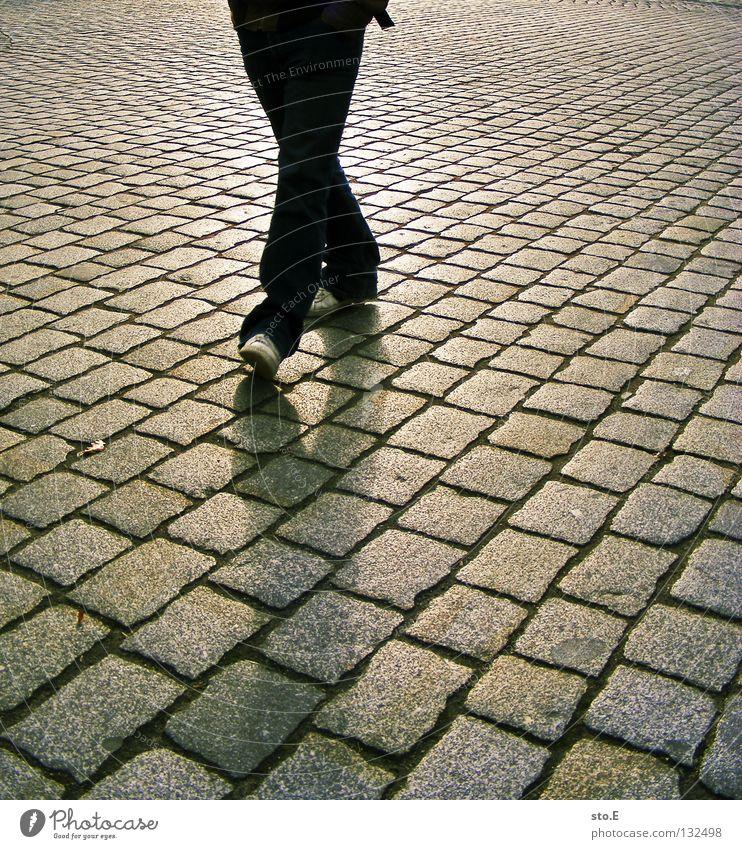 X pflastern diagonal parallel Fuge Fluchtpunkt Mann Kerl Körperhaltung Reflexion & Spiegelung Schatten verdunkeln Geometrie Gegenlicht Unterleib Schuhe Wende