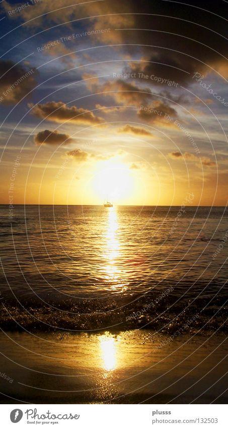 Am Horizont Tobago Meer Sonnenuntergang Stimmung gelb rot Wellen Strand Sandstrand Reflexion & Spiegelung Wasserfahrzeug vergessen genießen Wolken Himmel Licht