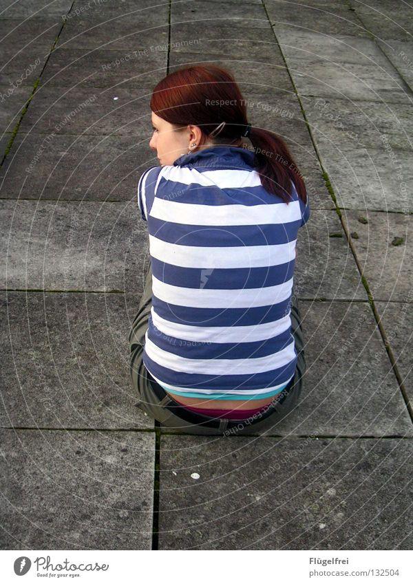 Gestreifte Träume ruhig Frau Erwachsene Rücken Beine T-Shirt rothaarig Zopf Stein Linie Streifen Denken fangen sitzen träumen dünn blau weiß Gefühle Einsamkeit