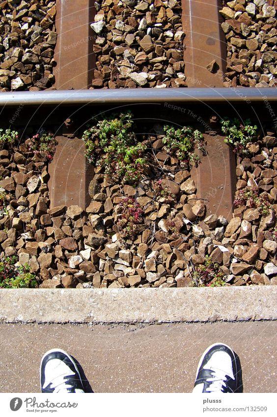 AMENde Leben Tod Stein Traurigkeit Fuß Denken Schuhe warten Zeit Eisenbahn geschlossen leer Trauer stehen Ende Wut
