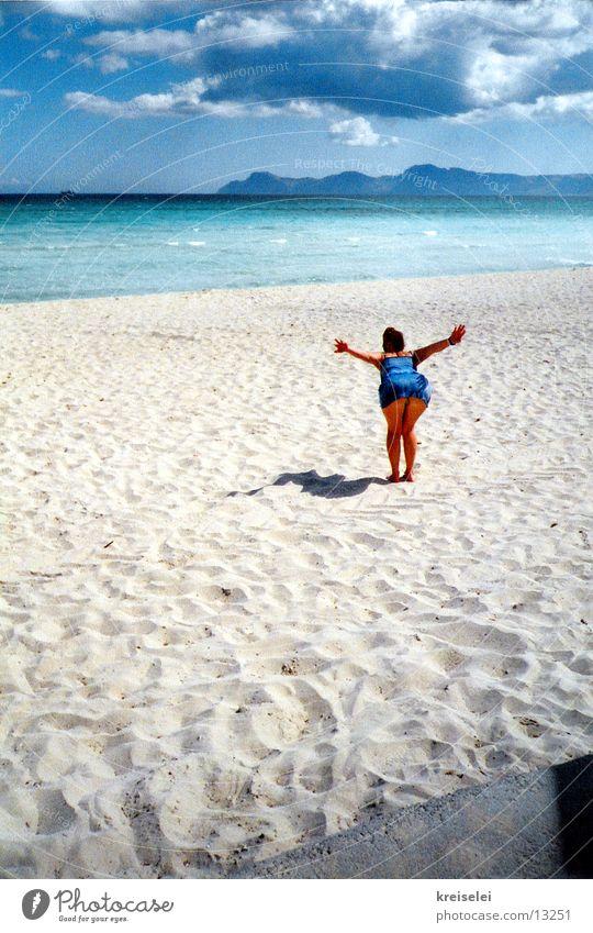 Flieg! Frau Himmel Wasser Mädchen blau Meer Strand Wolken fliegen Sandstrand