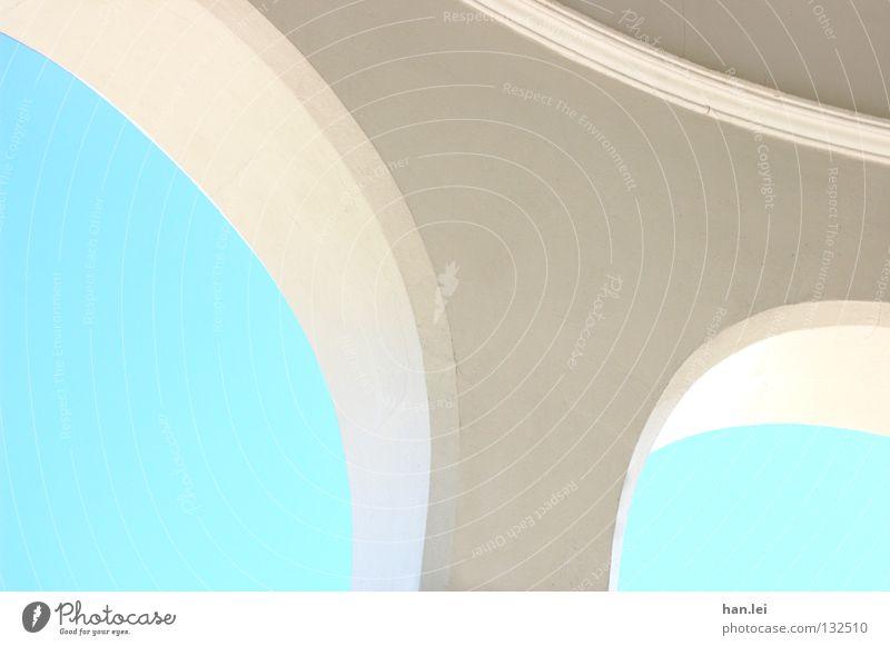 Bogen Himmel Gebäude Dach einfach hell rund blau weiß gekrümmt Biegung Träger Geometrie Säule Detailaufnahme Licht Architektur Blauer Himmel Wolkenloser Himmel