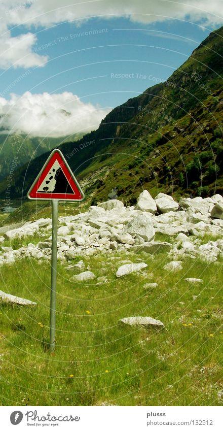 ACHTUNG Steinschlag Natur Himmel Sommer oben Berge u. Gebirge Stein Schilder & Markierungen Felsen gefährlich bedrohlich Schweiz beobachten Kontrolle Warnhinweis Redewendung