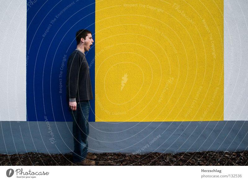 BlauGelb.Schrei ! gelb schreien Mann stehen Wand Schuhe Hose grau weiß Kommunizieren blau Ich Farbe Linie