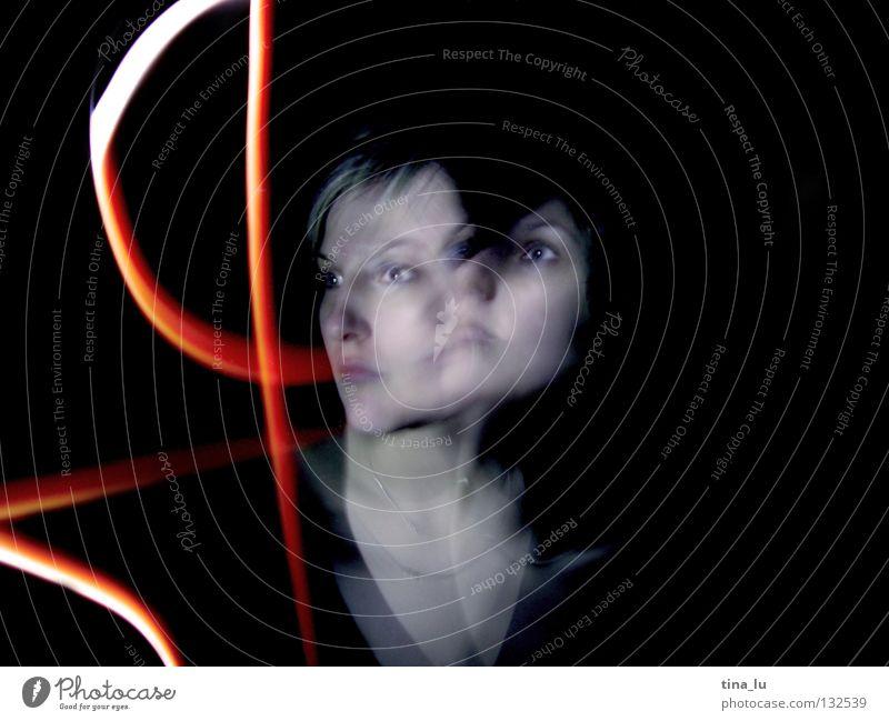 doppelt rot grün Kleid Streifen dunkel Lichtspiel Experiment Langzeitbelichtung Frau Geisterstunde schwarz mystisch Strahlung 2 Ampel Lampe Kontrast