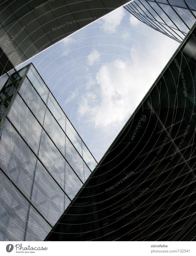 Glänzende Aussichten Himmel Wolken Fenster glänzend Glas hoch Perspektive modern Spiegel unten Stahl aufwärts durchsichtig Anschnitt Bildausschnitt Glasscheibe