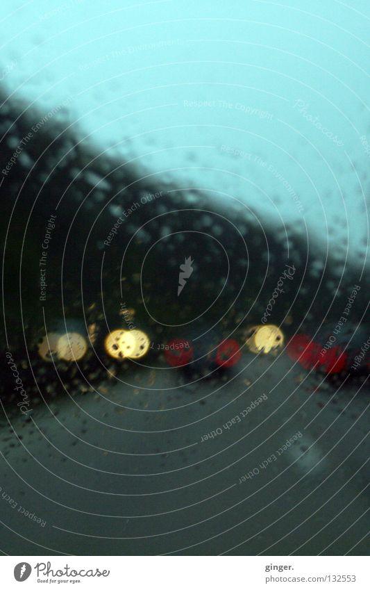 Diffus verblendet auf dem Beifahrersitz Lampe Wassertropfen Wetter Regen Verkehrswege Autofahren Autobahn PKW dunkel hell grau blenden zyan diffus unklar