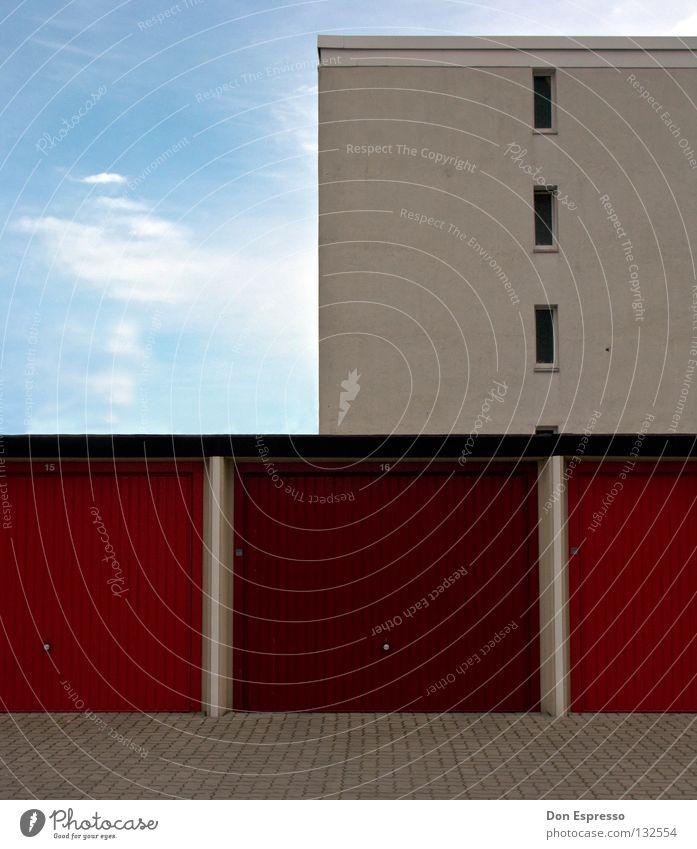 *HINTERHOF GRAPHICS* vertikal horizontal Haus Garage graphisch Fenster Wolken Hinterhof Parkplatz einfach eckig Linie Plattenbau Hochhaus Fassade grau trist