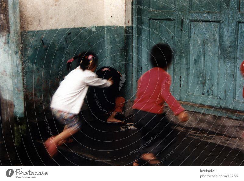 schnellerseinwollen Kind Spielen Menschengruppe Freundschaft laufen rennen