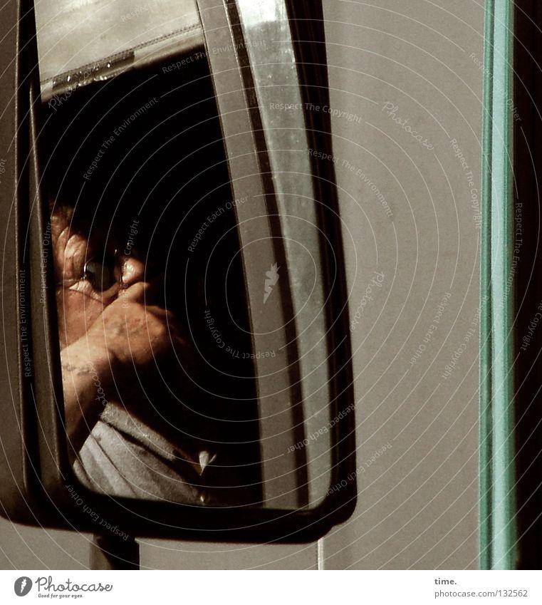 Trucker's Trouble Mann Denken warten Verkehr stehen Spiegel Lastwagen Autobahn Gelassenheit Dienstleistungsgewerbe Sonnenbrille Nervosität Verkehrsstau Fahrer Rückspiegel Fernfahrer