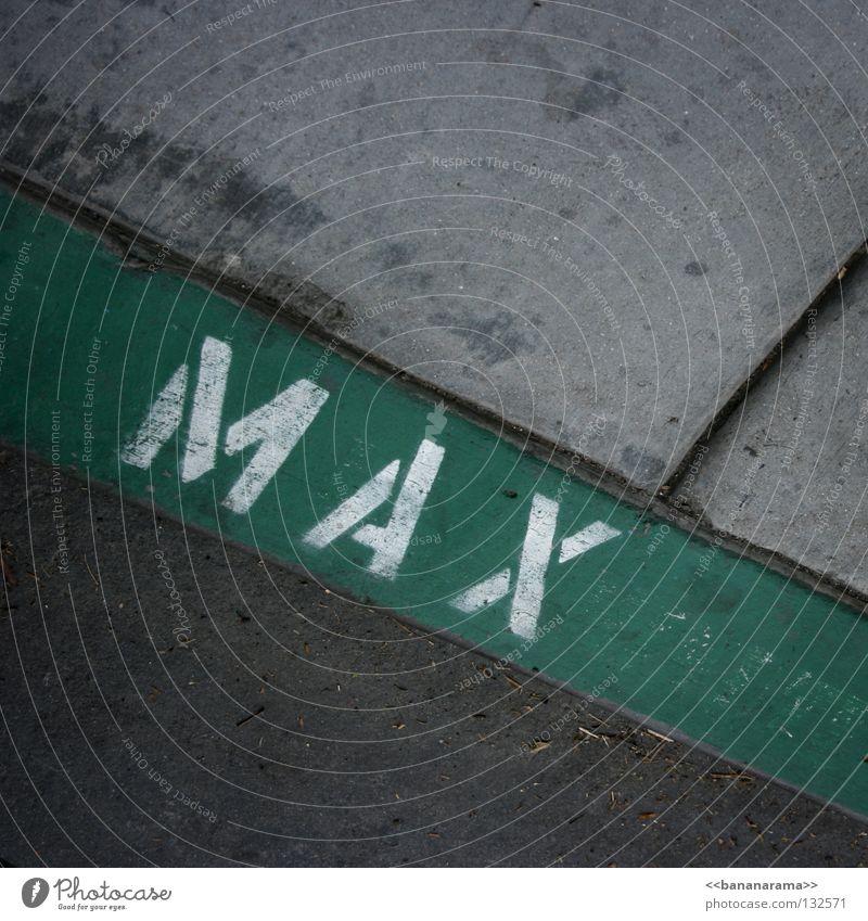 Dieser Parkplatz gehört Max grün Bürgersteig parken fahren Detailaufnahme Verkehrswege Stein Mineralien Gehsteig Straße Street