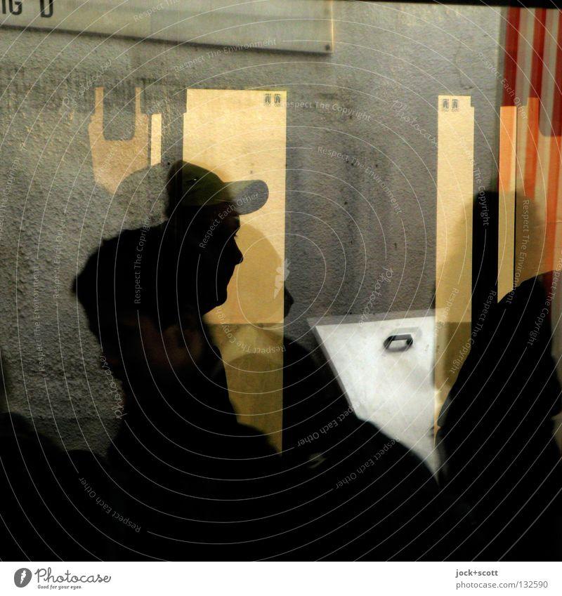 Rasch zum Ziel Mensch Mann dunkel Erwachsene Leben Wand Bewegung hell Dekoration & Verzierung Glas stehen Pause Körperhaltung Stoff Gelassenheit Irritation
