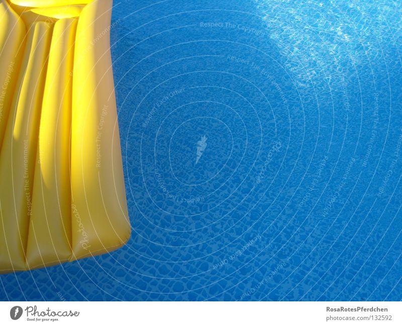 swimming pool Schwimmbad Sommer gelb Luftmatratze Außenaufnahme sommerlich Einsamkeit Freude Wasser Schatten blau