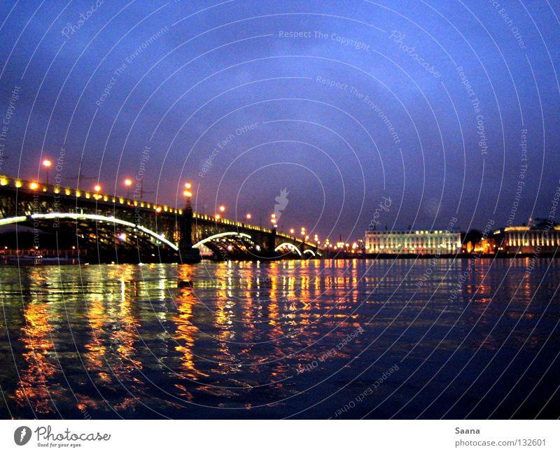 Der Abend an der Neva Wasser Strand Landschaft Küste Brücke Fluss Spiegel Bach Blauer Himmel