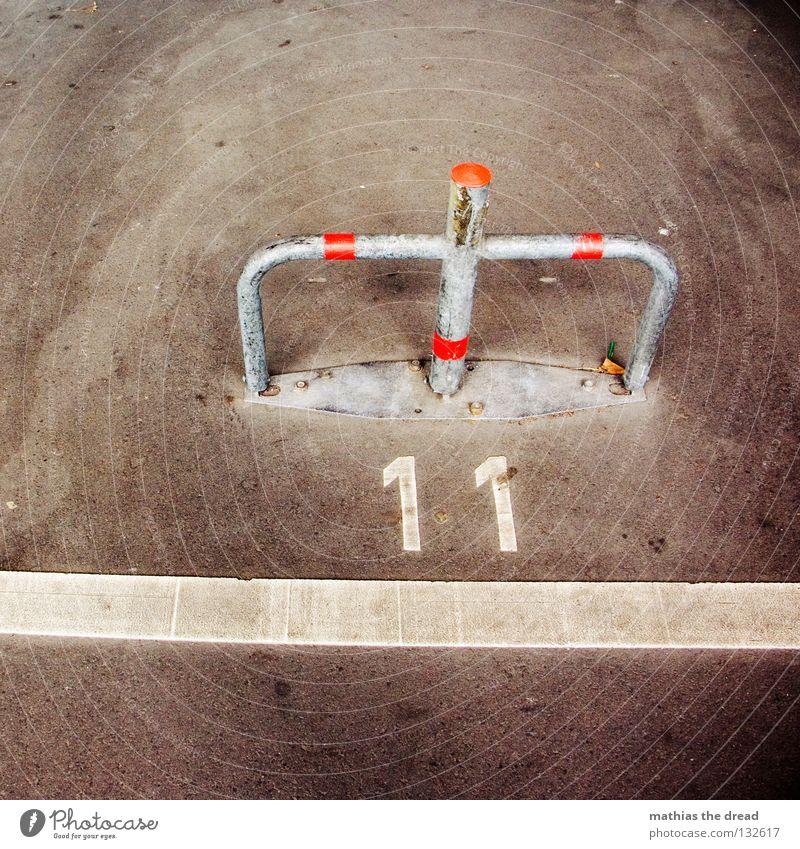 DEUTSCHE ELF Platz Parkplatz parken besetzen geschlossen rot Streifen privat Ziffern & Zahlen zählen Asphalt Untergrund hart schwarz unfreundlich Verkehrswege