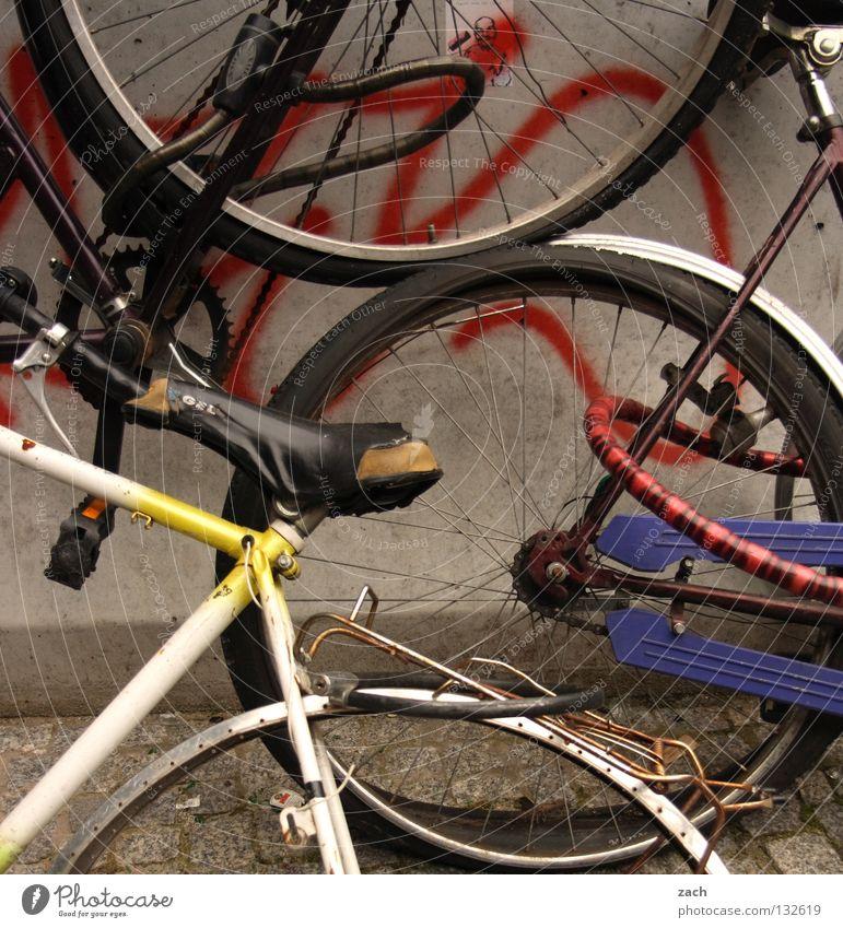 kubistisches Zweirad Fahrrad retro fahren kaputt Freizeit & Hobby Müll Vergänglichkeit gebrochen Leiche gebraucht Schrott fehlerhaft