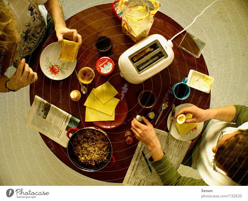 guten Morgen! Frühstück Toaster Käse Weitwinkel Ernährung Tisch rund oben Zusammensein Zeitung Kaffee Küche Breakfast flat share Essen