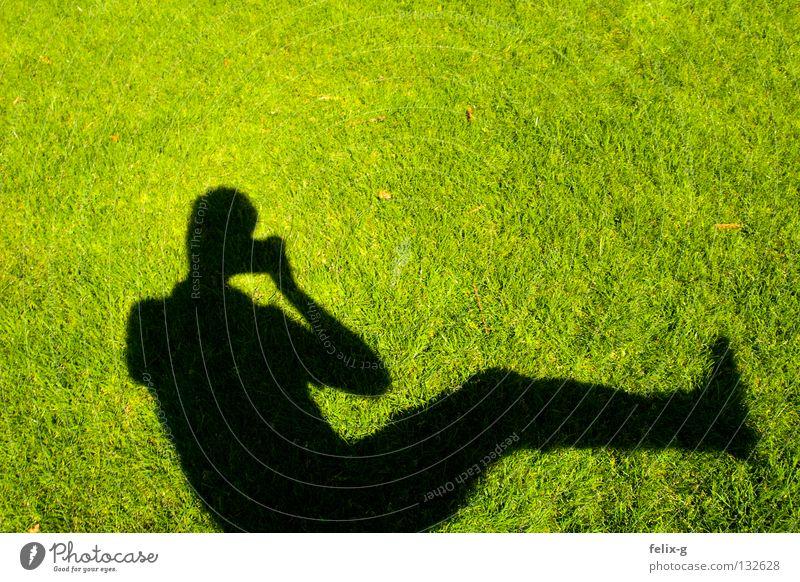 Rasenmensch #4 Mensch Hand Sonne grün Gras Beine Fotografie Fotokamera hellgrün Schlagschatten