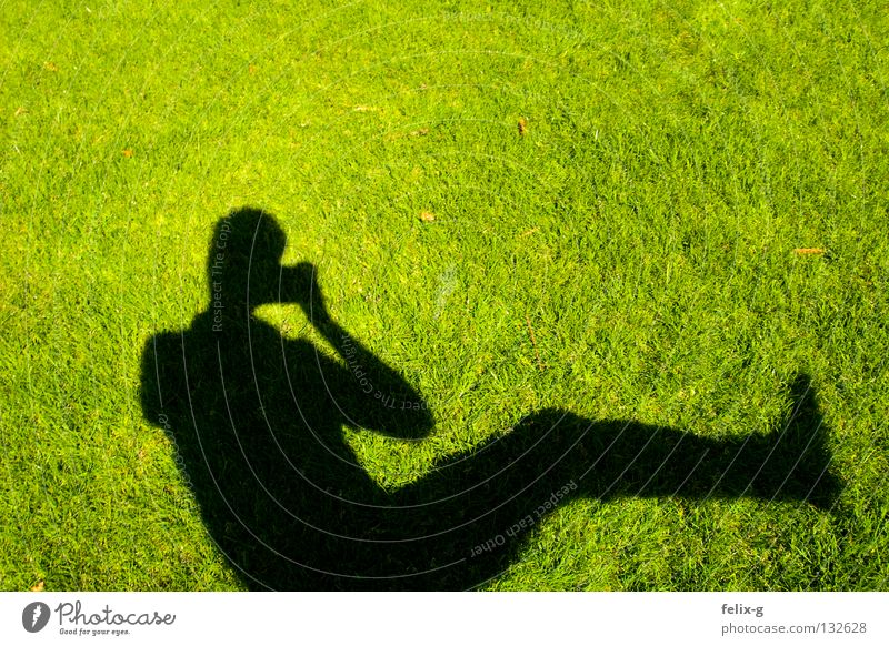 Rasenmensch #4 Mensch Hand Sonne grün Gras Beine Fotografie Rasen Fotokamera hellgrün Schlagschatten