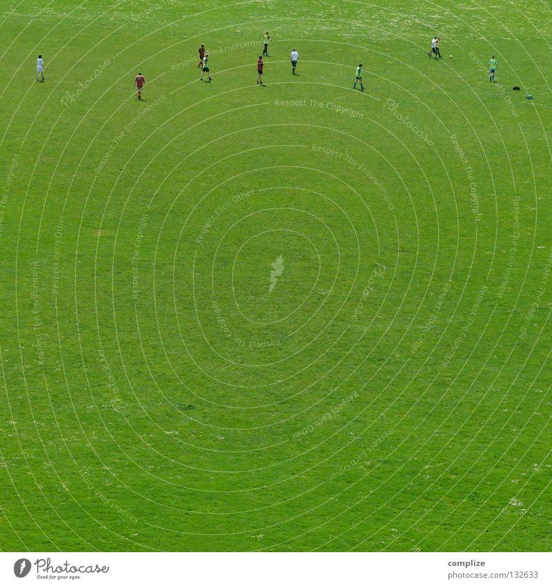 2 : 1 Mann grün Ferne Wiese Sport klein Freizeit & Hobby Fußball Platz Sportmannschaft Ball Sportrasen sportlich Sportler Stadion Miniatur
