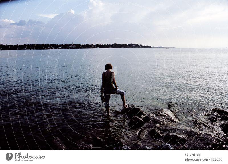 seeblick Sommer See Meer Abendsonne Frau Brandung Romantik Trauer Denken Verzweiflung Bodensee abend wasser. blau Küste Stein Traurigkeit