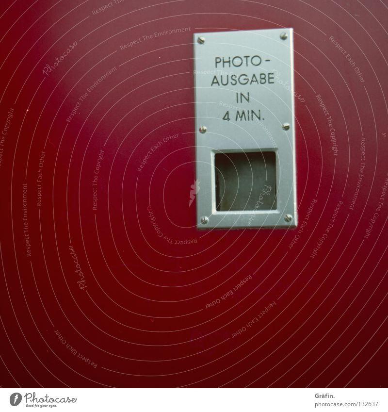 Fotos in 4 Minuten Automat Blitzlichtaufnahme Geschwindigkeit entwickelt Passbild rot Nostalgie kultig Kindheitserinnerung Fotoautomat Freude Buchstaben