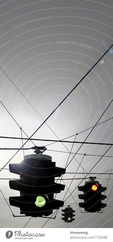 Ampelkoalition graue Wolken dunkel trüb trist schlechtes Wetter Lichtsignal Verkehrszeichen SPD Straßenverkehr dämmrig grau in grau Fahrverbot Grünphase