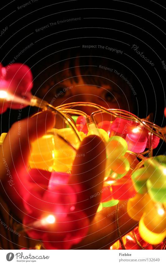 Kunterbunt Blume mehrfarbig Lichterkette groß strahlend Hand Finger dunkel schwarz braun Denken Angebot anbieten Fragen auffordern Überraschung Gesicht Auge