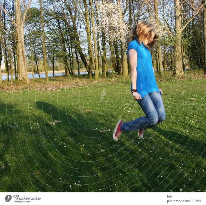 i feel good... Freude Glück Haare & Frisuren Gesundheit Freizeit & Hobby Sommer Mädchen Jugendliche Natur Frühling Gras Wiese springen dünn frei Fröhlichkeit
