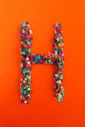 H Kunst Kunstwerk ästhetisch Buchstaben Typographie alphabetisch Konfetti viele Punkt Mosaik Design Kreativität Idee Farbfoto mehrfarbig Innenaufnahme