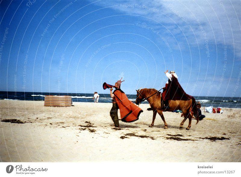 Achtung, Achtung! Himmel Strand Ferien & Urlaub & Reisen Menschengruppe Sand Pferd Theaterschauspiel Ostsee König