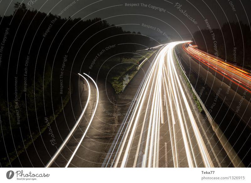 Autobahn I Verkehr Verkehrsmittel Verkehrswege Straße Fahrzeug PKW Lastwagen ästhetisch einzigartig elegant Außenaufnahme Nacht Langzeitbelichtung