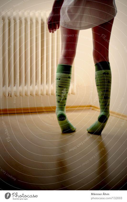 Gibts hier was zu sehen? Hand Fenster Holz Fuß Wärme Beine Zufriedenheit Vogel Arme Wohnung Suche Bekleidung Kreis T-Shirt Physik heiß