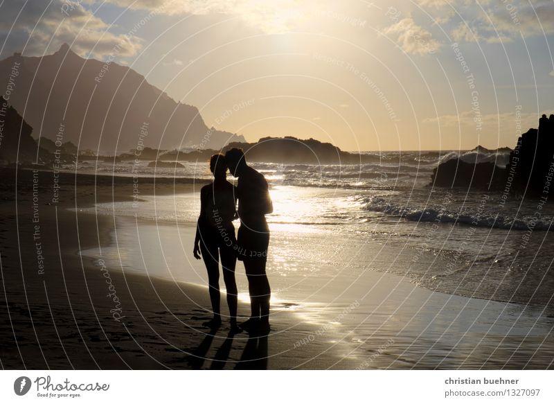 Lovers on the beach Mensch Frau Natur Ferien & Urlaub & Reisen Mann schön Sommer Erholung Meer Erotik Erwachsene sprechen Glück lachen Freiheit Paar