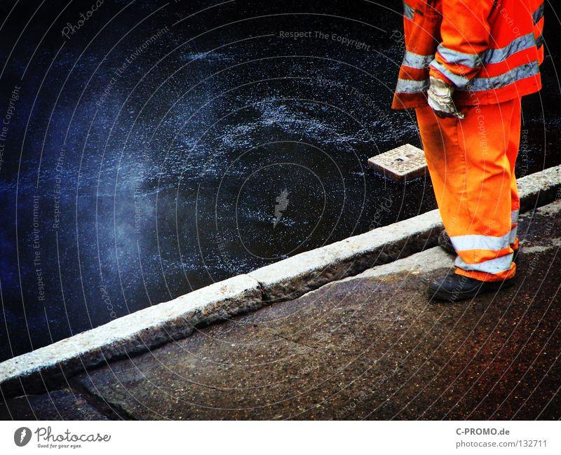 Da dampft der Asphalt schwarz Straße orange Asphalt heiß Handwerk Verkehrswege Arbeiter Straßenbelag Bauarbeiter Wasserdampf Straßenbau zähflüssig Öffentlicher Dienst