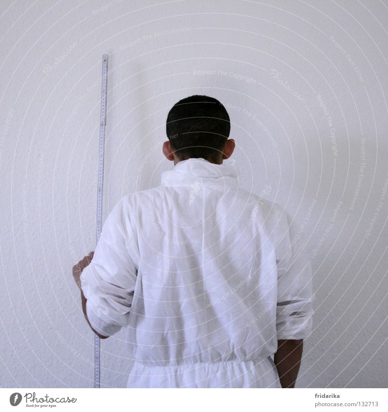 maßgerecht Mann weiß schwarz Wand Linie braun Erwachsene streichen festhalten Handwerk Anstreicher Genauigkeit messen Zollstock Arbeitsanzug Schutzanzug