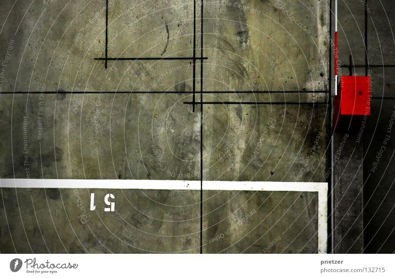Einundfünfzig Asphalt Park Platz Schranke rot weiß grau Streifen Ziffern & Zahlen gesperrt Verkehrswege verfallen Angst Panik Stadt linien symmetrie trist