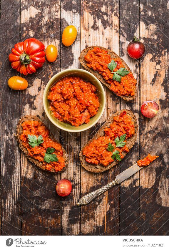 Vegetarische Schnittchen mit Tomaten Aufstrich Gesunde Ernährung Leben Stil Lebensmittel Design Tisch Gemüse Bioprodukte Brot Schalen & Schüsseln Top Picknick