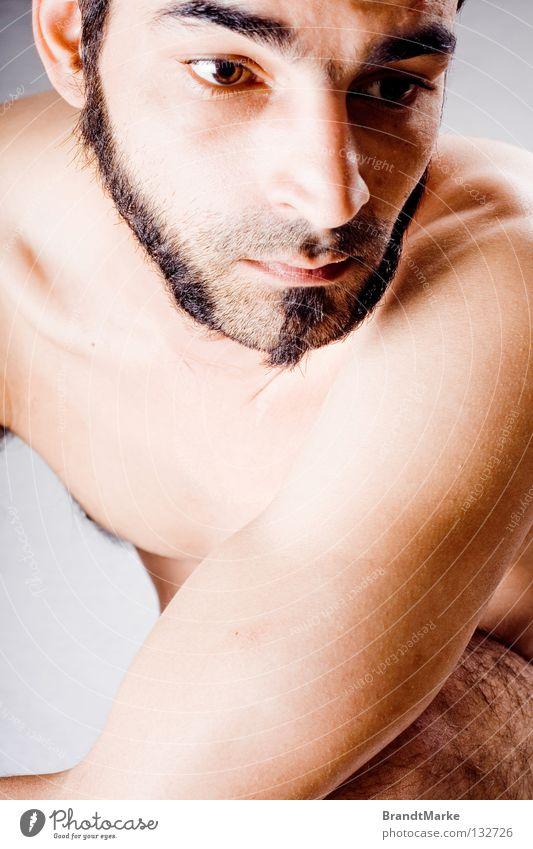 unten Mann Auge nackt Haare & Frisuren träumen Traurigkeit Denken Arme sitzen Frieden Bart Schulter verträumt hocken unrasiert
