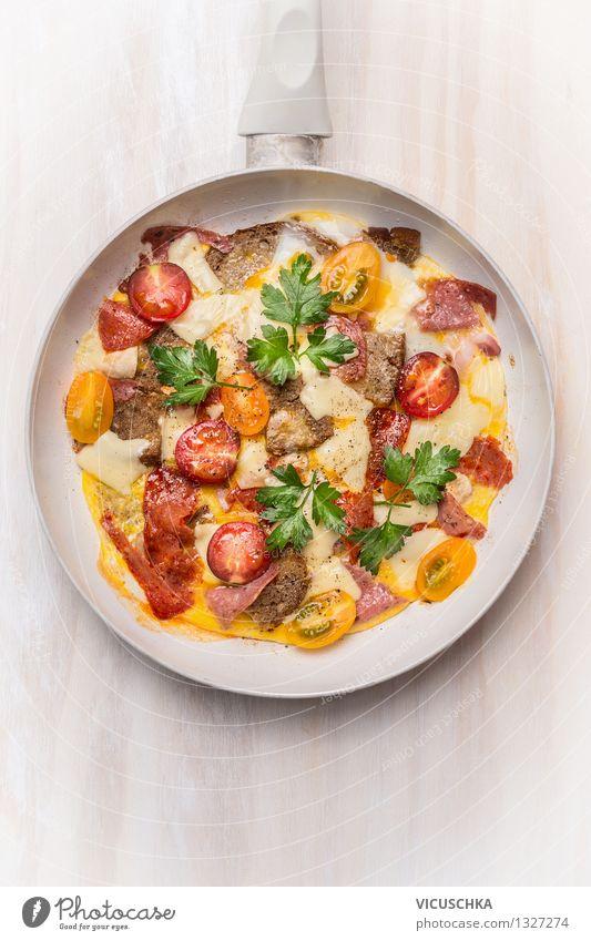 Omelette mit Wurst,Tomaten,Brot und Käse weiß Gesunde Ernährung gelb Leben Stil Lebensmittel Design Tisch Gemüse Bioprodukte Frühstück Ei Diät Mittagessen
