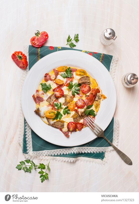 Rustikales Omelett mit Eier,Tomaten,Wurst und Brot Gesunde Ernährung gelb Leben Speise Essen Stil Lebensmittel Design Ernährung Tisch Kräuter & Gewürze Gemüse Bioprodukte Frühstück Ei Teller